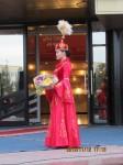 Jeune femme kazakh en costume traditionnel